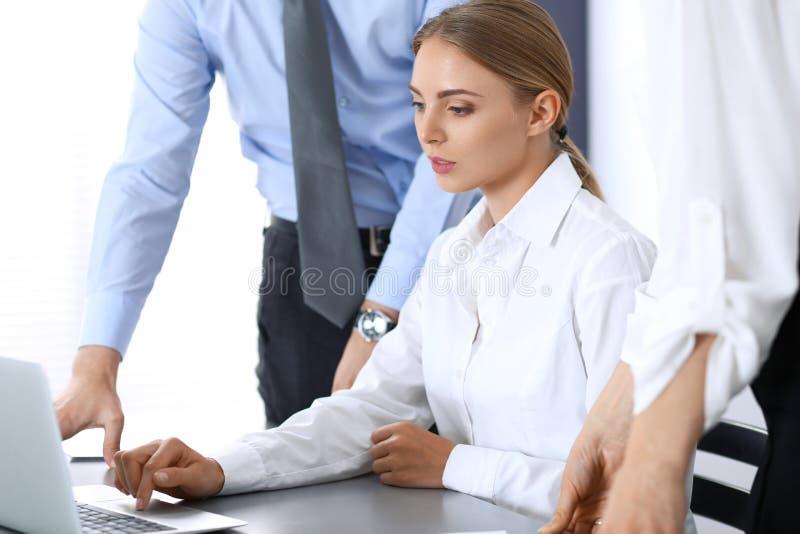 Gruppe Geschäftsleute, die Laptop-Computer im Büro verwenden Sitzungs- und Teamwork-Konzept lizenzfreie stockfotografie