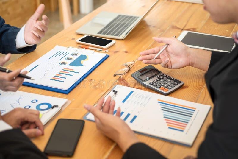 Gruppe Geschäftsleute, die mit dem Analysieren des Datenfinanzberichts am Schreibtisch auf monatlichem Treffen sich besprechen Ha stockbild