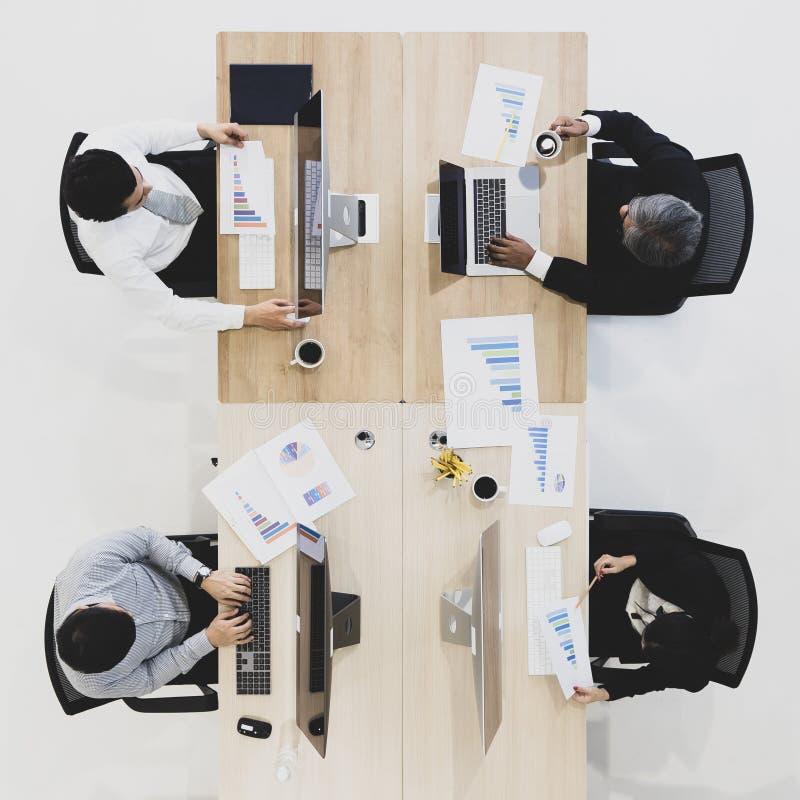 Gruppe Geschäftsleute, die in modernem Büro, m Tak zusammenarbeiten lizenzfreies stockbild