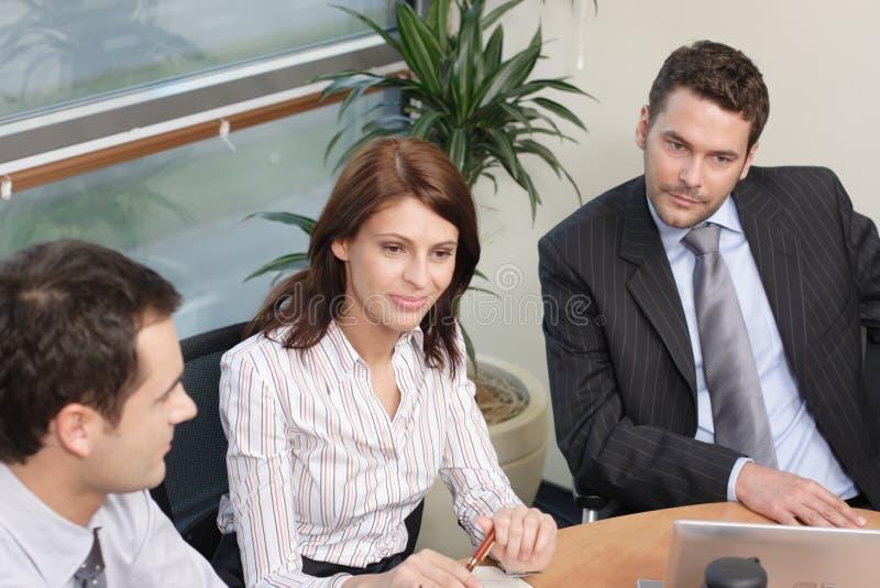 Gruppe Geschäftsleute, die an Projekt arbeiten lizenzfreie stockfotos