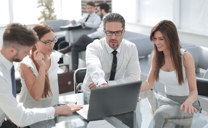 Gruppe Geschäftsleute, die am Schreibtisch sitzen stockfotos