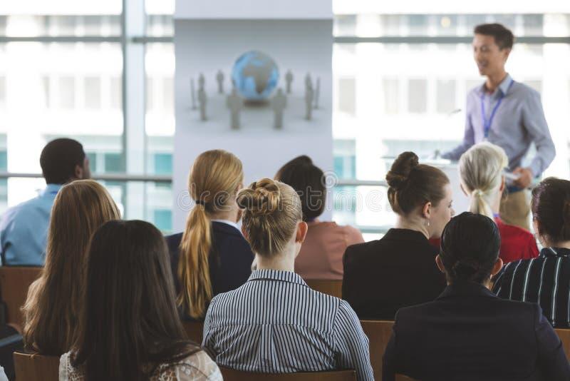 Gruppe Geschäftsleute, die an Seminar teilnehmen lizenzfreie stockfotografie