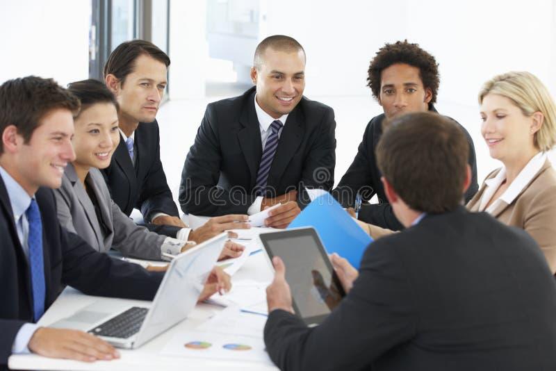Gruppe Geschäftsleute, die Sitzung im Büro haben lizenzfreies stockfoto