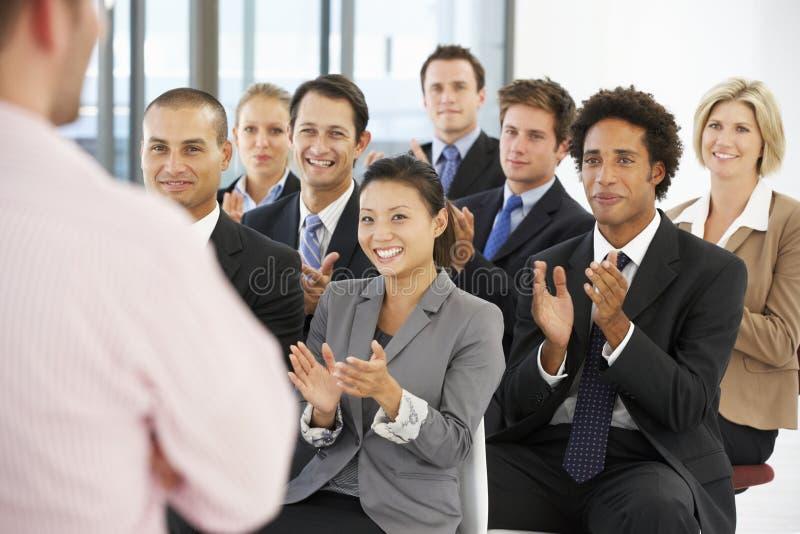Gruppe Geschäftsleute, die Sprecher am Ende einer Darstellung applaudieren stockfotos