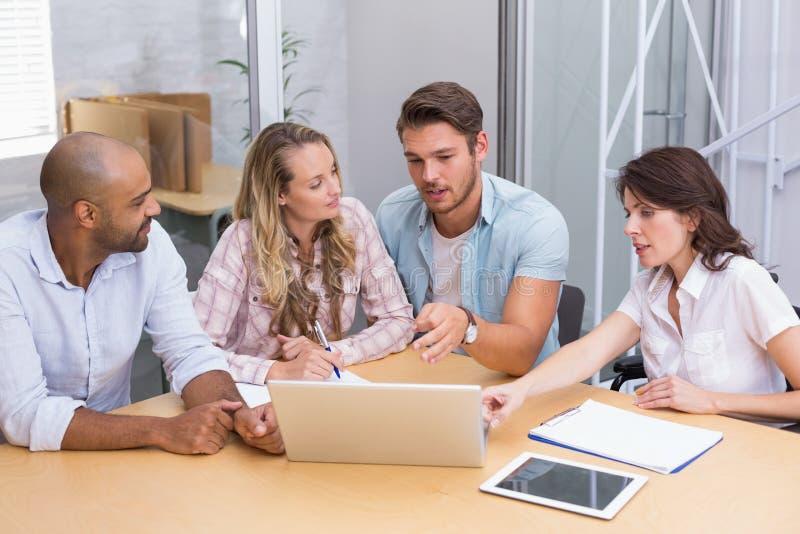 Gruppe Geschäftsleute, die Tablet-Computer und Laptop verwenden stockbilder