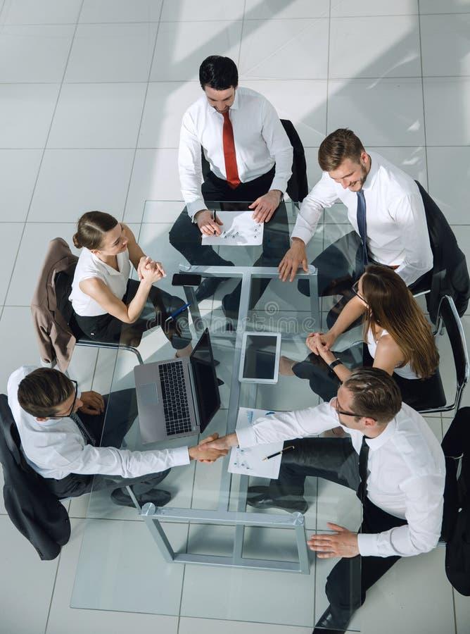 Gruppe Geschäftsleute in einer Sitzung stockfotografie