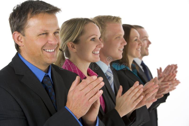 Gruppe Geschäftsleute in einer Zeile applaudierend lizenzfreie stockfotos