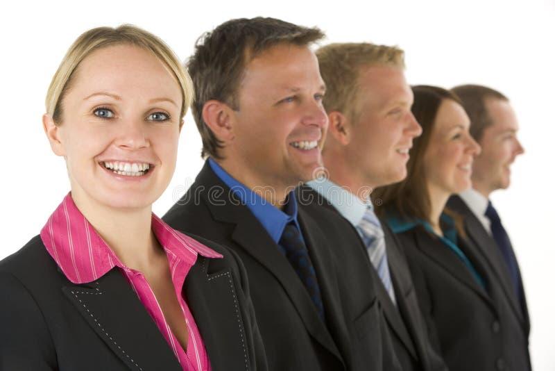 Gruppe Geschäftsleute in einer Zeile Lächeln stockfotografie