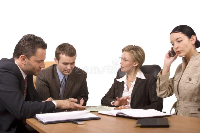 Gruppe Geschäftsleute, handeln am Schreibtisch aus stockfotografie