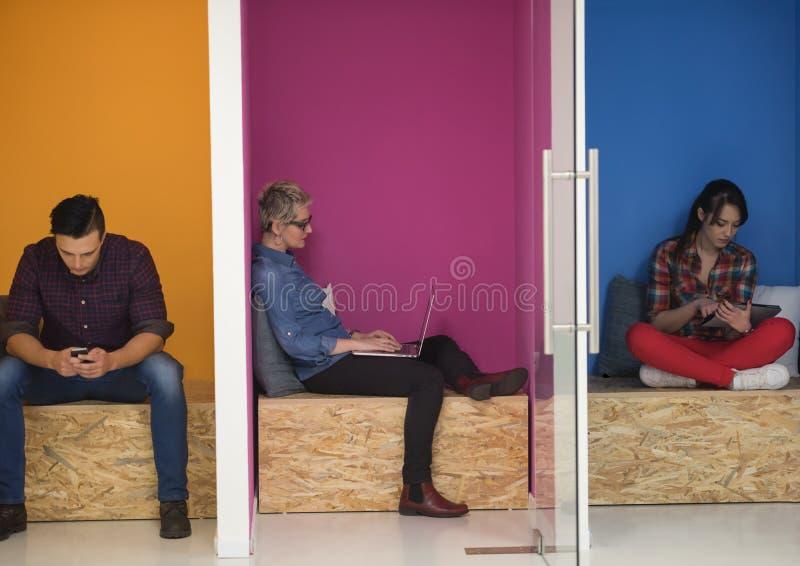 Gruppe Geschäftsleute im kreativen Funktionsraum lizenzfreies stockbild