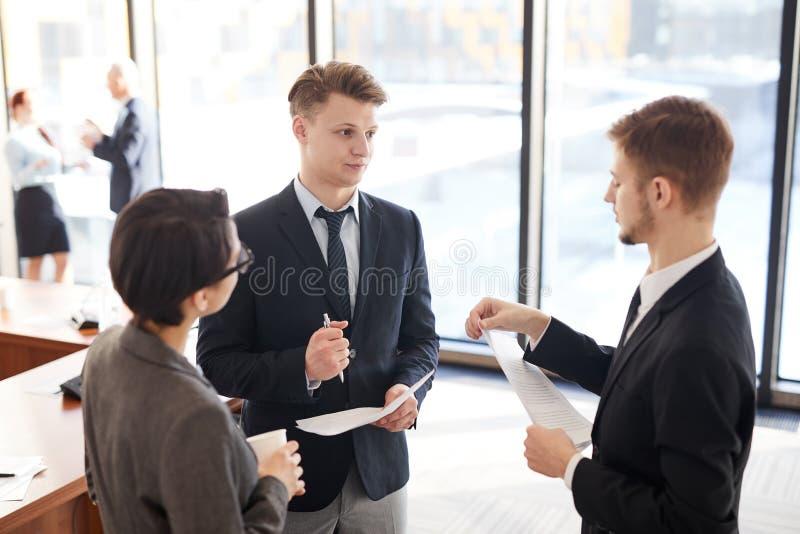 Gruppe Geschäftsleute Plaudern stockbild