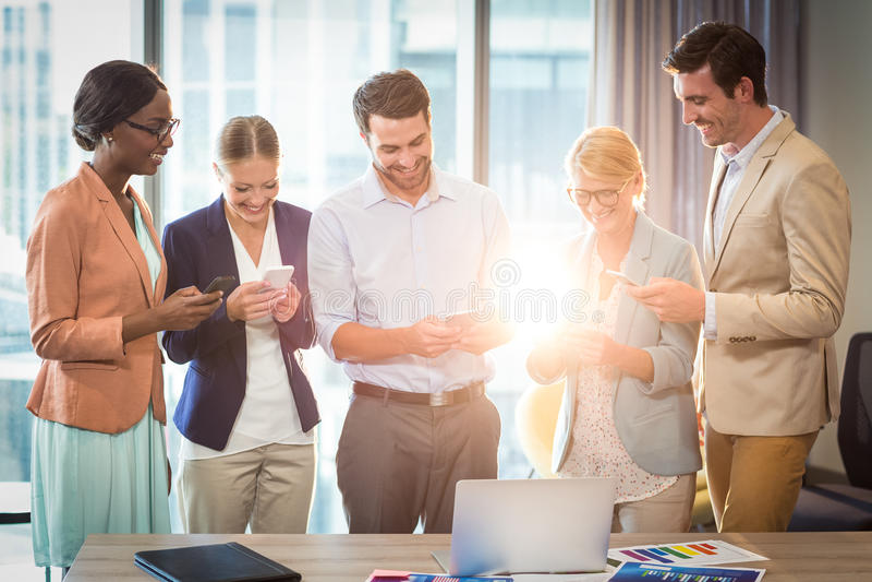 Gruppe Geschäftsleute Versenden von SMS-Nachrichten am Handy lizenzfreies stockfoto