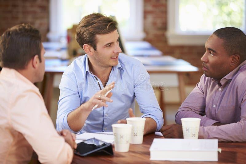 Gruppe Geschäftsmänner, die sich treffen, um Ideen zu besprechen lizenzfreie stockfotografie