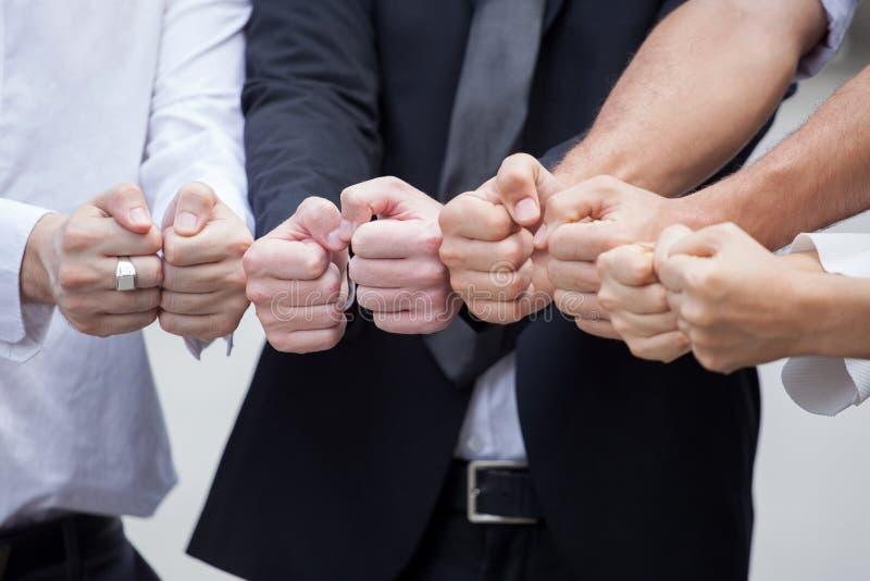 Gruppe Geschäftsmänner zeigen Handfäuste zusammen teamwork lizenzfreie stockbilder