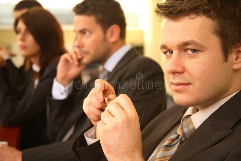 Gruppe Geschäftspersonen bei einer Konferenz, Mann im Fokus stockfotografie