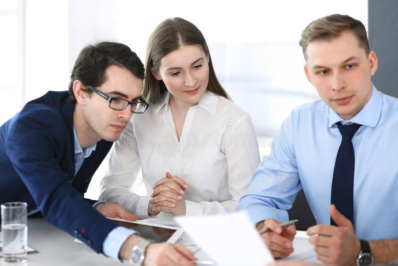 Gruppe Gesch?ftsleute, die Fragen am Treffen im modernen B?ro besprechen Manager an der Verhandlung oder am Geistesblitz lizenzfreie stockfotos