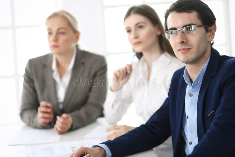 Gruppe Gesch?ftsleute, die Fragen am Treffen im modernen B?ro besprechen Manager an der Verhandlung oder am Geistesblitz lizenzfreies stockfoto