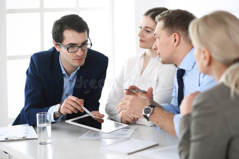 Gruppe Gesch?ftsleute, die Fragen am Treffen im modernen B?ro besprechen Manager an der Verhandlung oder am Geistesblitz stockfoto