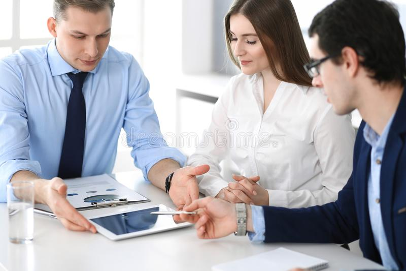 Gruppe Gesch?ftsleute, die Fragen am Treffen im modernen B?ro besprechen Manager an der Verhandlung oder am Geistesblitz stockfotografie