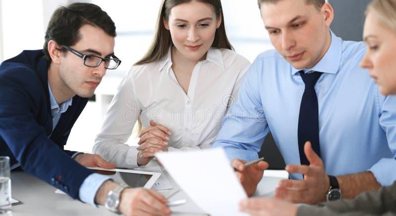 Gruppe Gesch?ftsleute, die Fragen am Treffen im modernen B?ro besprechen Manager an der Verhandlung oder am Geistesblitz stockbild