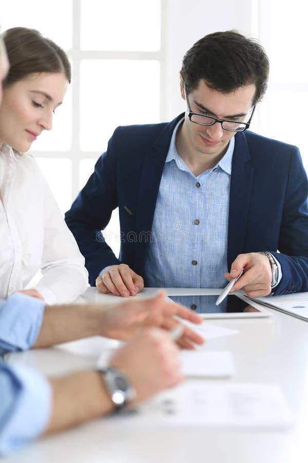 Gruppe Gesch?ftsleute, die Fragen am Treffen im modernen B?ro besprechen Manager an der Verhandlung oder am Geistesblitz lizenzfreie stockfotografie