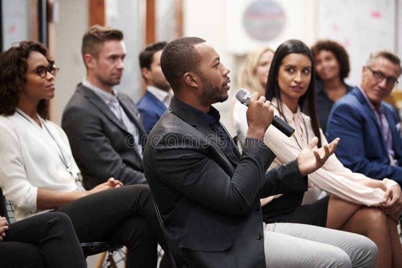 Gruppe Gesch?ftsm?nner und Gesch?ftsfrauen, die Darstellung bei der Konferenz applaudieren lizenzfreie stockfotografie
