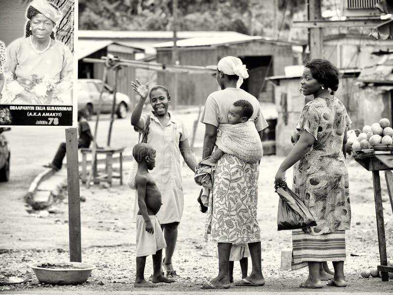 Gruppe ghanaische Leute am lokalen Markt stockfotos