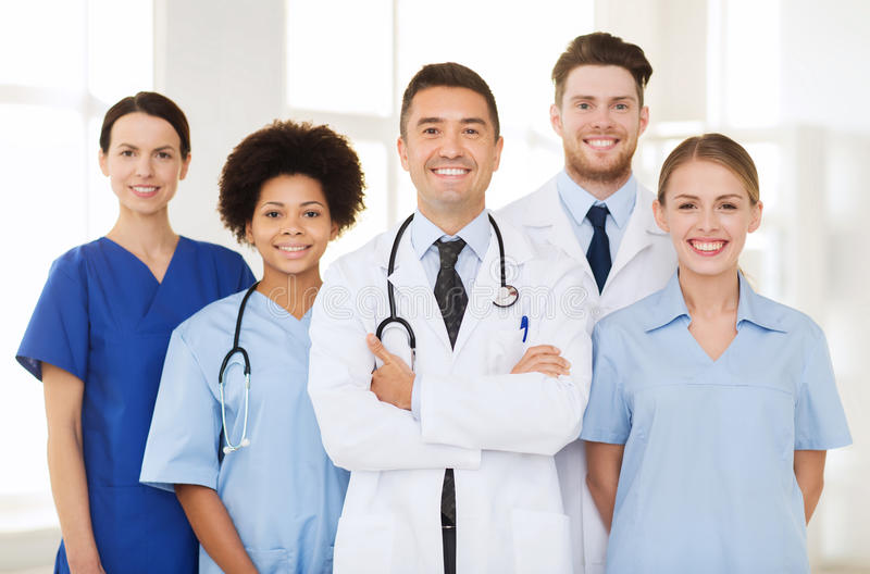 Gruppe glückliche Doktoren am Krankenhaus lizenzfreies stockfoto