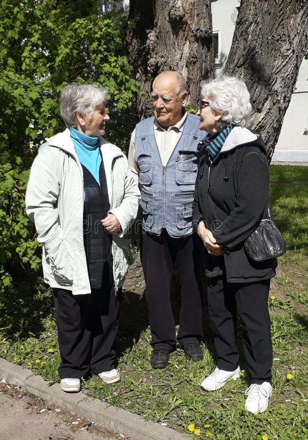 Gruppe glückliche entspannende älteren Menschen lizenzfreie stockfotos