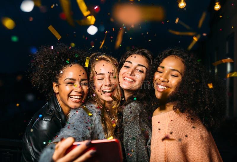 Gruppe glückliche Frauen, die selfie am Handy nehmen stockfoto