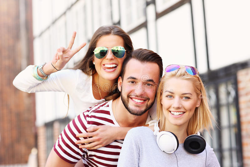 Gruppe glückliche Freunde lizenzfreie stockfotos