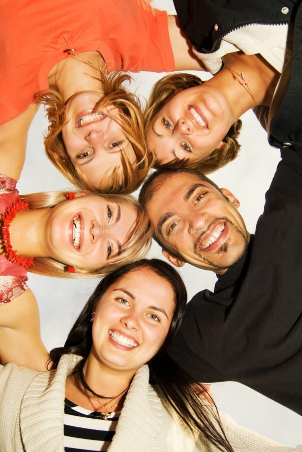 Gruppe glückliche Freunde stockbild