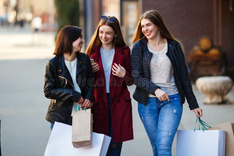 Gruppe glückliche Freunde, die in der Stadt kaufen stockbilder