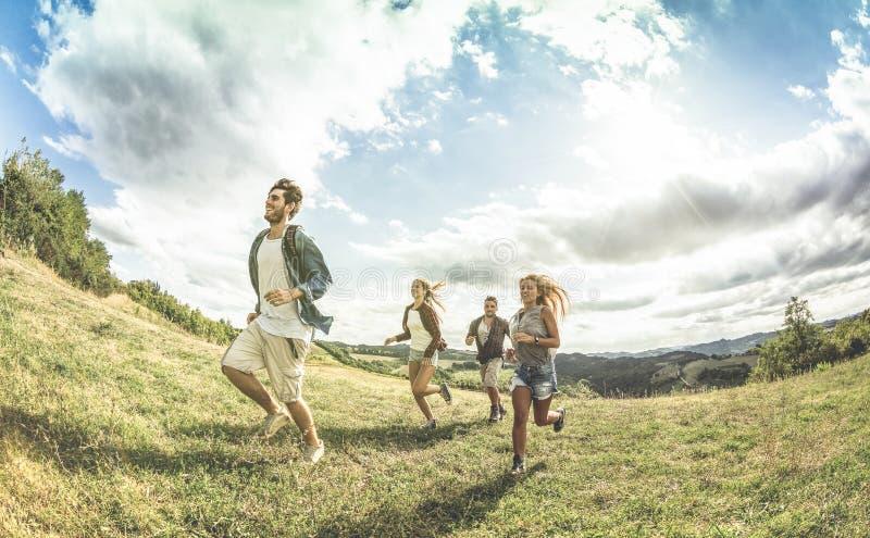 Gruppe glückliche Freunde, die frei an kampierendem axperience laufen stockbilder