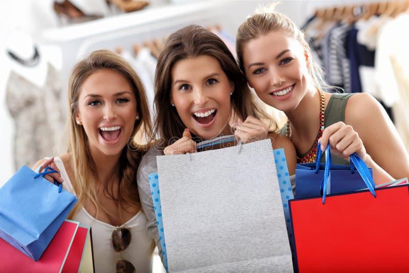 Gruppe glückliche Freunde, die im Speicher kaufen stockfotografie