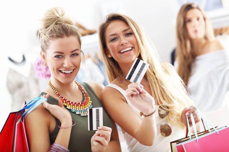 Gruppe glückliche Freunde, die im Speicher kaufen stockbilder