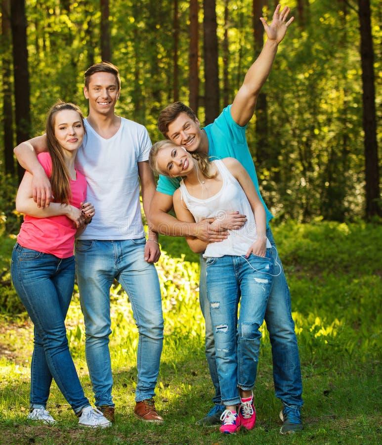 Gruppe glückliche Freunde draußen lizenzfreie stockfotografie
