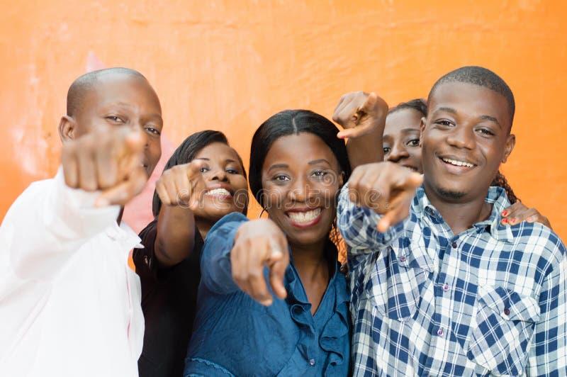 Gruppe glückliche Freunde und Kennzeichnung jemand stockfotografie