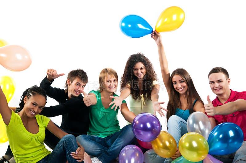 Gruppe glückliche Jugendliche über weißem Hintergrund lizenzfreie stockfotografie