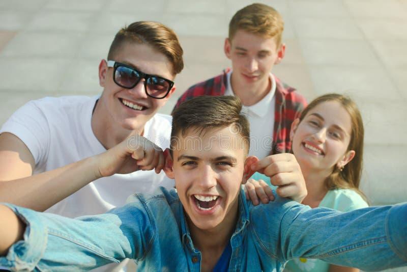 Gruppe glückliche Jugendliche stockbilder