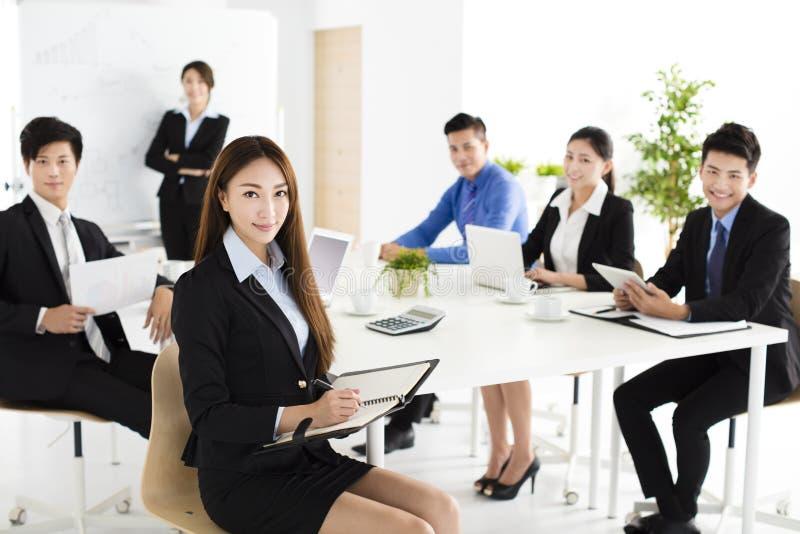 Gruppe glückliche junge Geschäftsleute in der Sitzung stockfotos