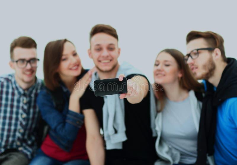Gruppe glückliche junge Jugendlichstudenten, die selfie Foto lokalisiert auf weißem Hintergrund machen stockfotografie