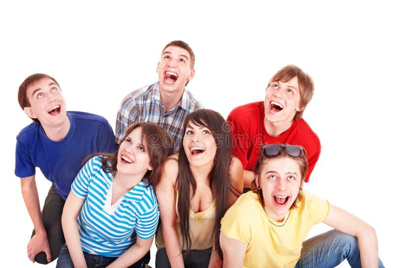 Gruppe glückliche junge Leute, die oben schauen. stockfotografie
