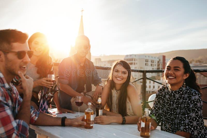 Gruppe glückliche junge Leute, die Partei haben stockfotos