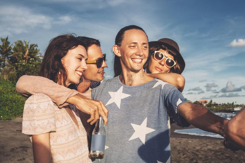 Gruppe glückliche junge Leute, die selfie auf dem Strand in der Sommerzeit nehmen lizenzfreie stockfotos