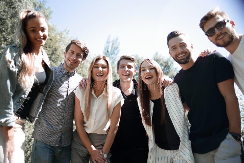 Gruppe glückliche junge Leute draußen lizenzfreies stockfoto