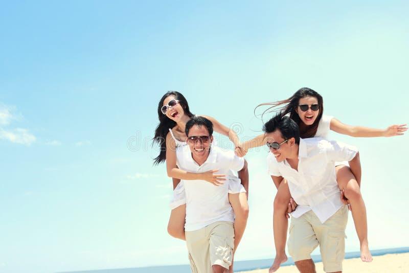 Gruppe glückliche junge Leute haben Spaß am Sommertag stockbild