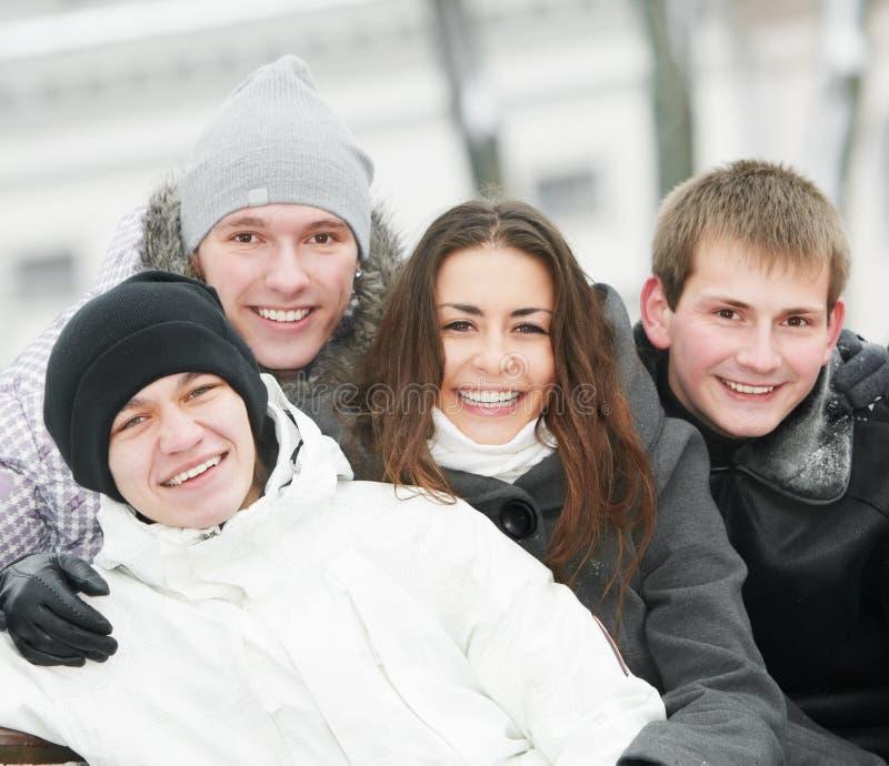 Gruppe glückliche junge Leute im Winter lizenzfreie stockfotos