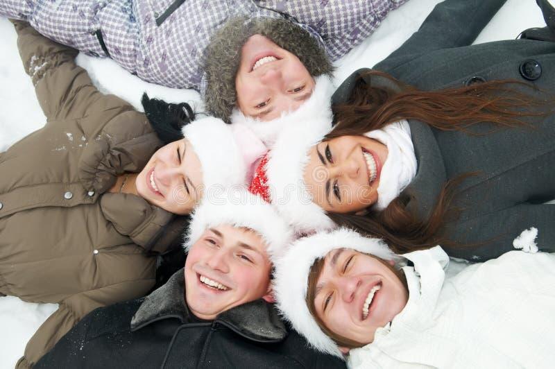 Gruppe glückliche junge Leute im Winter stockbilder