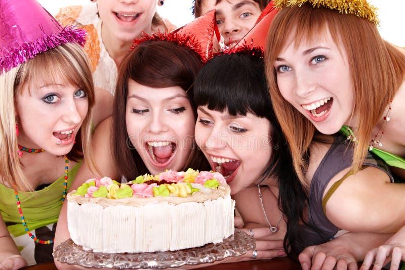 Gruppe glückliche junge Leute mit Kuchen. stockfotografie